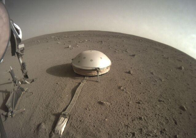 El sismómetro del aterrizador InSight de la NASA en la superfície de Marte