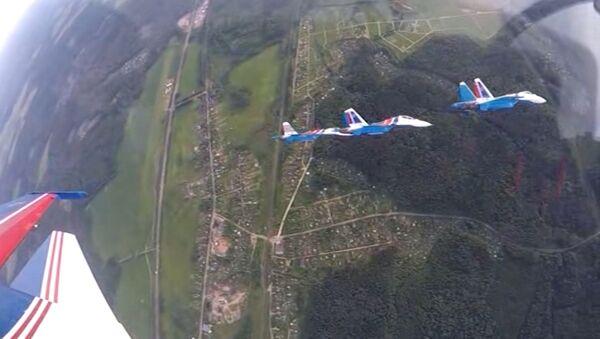 Un grupo de tres tipos de aviones Sukhoi muestra increíbles acrobacias aéreas por primera vez - Sputnik Mundo