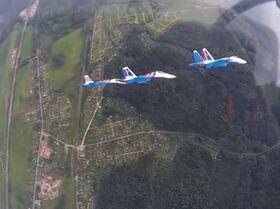 Un grupo de tres tipos de aviones Sukhoi muestra increíbles acrobacias aéreas por primera vez