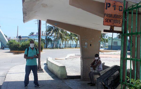 Personas esperando el ómnibus en La Habana - Sputnik Mundo