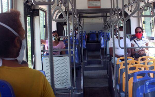 Pasajeros en un ómnibus en La Habana - Sputnik Mundo