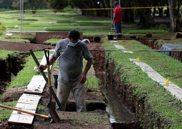 Exhumación en un cementerio de Panamá para identificar a víctimas de la invasión de EEUU