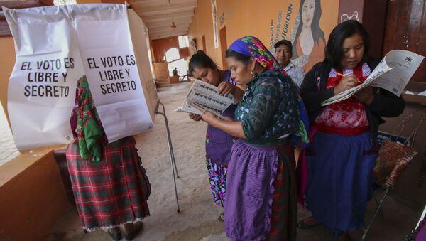Mujeres mexicanas ejercen su derecho a votar durante las elecciones presidenciales de 2018 - Sputnik Mundo