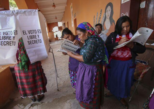 Mujeres mexicanas ejercen su derecho a votar durante las elecciones presidenciales de 2018