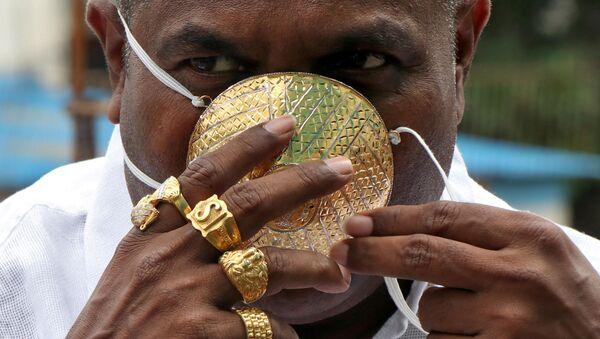 Shankar Kurhade, habitante de la India que lleva una mascarilla de oro - Sputnik Mundo
