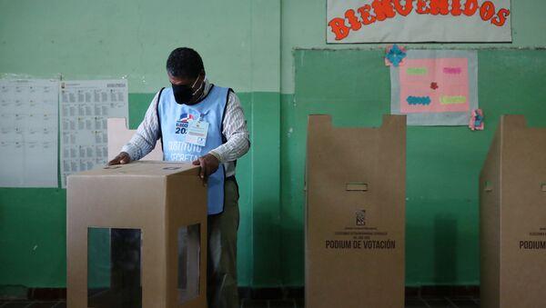 Un colegio electoral en Santiago - Sputnik Mundo