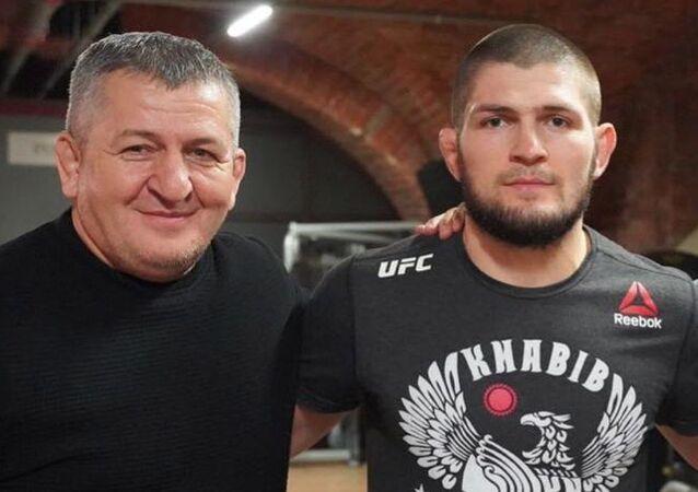 Abdulmanap Nurmagomedov junto a su hijo, Khabib