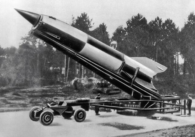 El misil balístico alemán V-2 del diseño del científico de origen alemán Wernher von Braun
