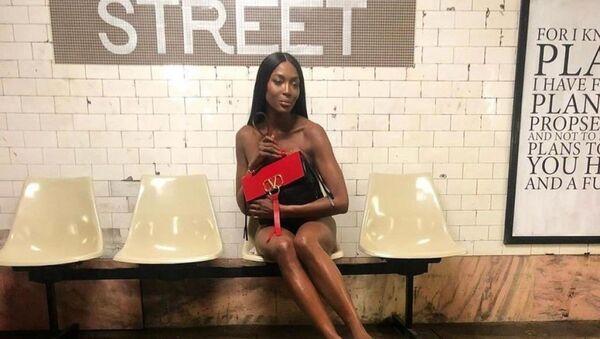 Naomi Campbell posa desnuda en el metro de Nueva York - Sputnik Mundo