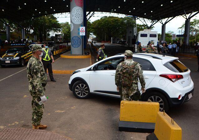 Militares paraguayos en la frontera entre Paraguay y Brasil