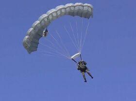 Los paracaidistas rusos ponen a prueba su precisión al aterrizar