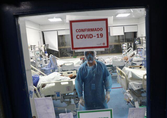 Un aula con pacientes que tienen coronavirus en un hospital en Santiago
