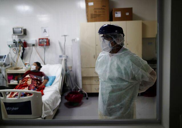 Un paciente con coronavirus y el doctor Carlos Fuentes un hospital en las afueras de Buenos Aires