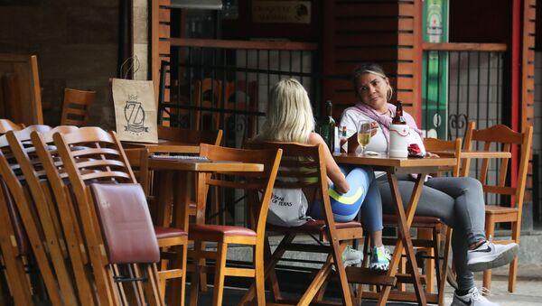 Dos mujeres en un bar en Brasil - Sputnik Mundo