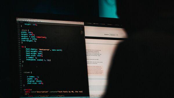 Una persona edita el código de una web (archivo) - Sputnik Mundo