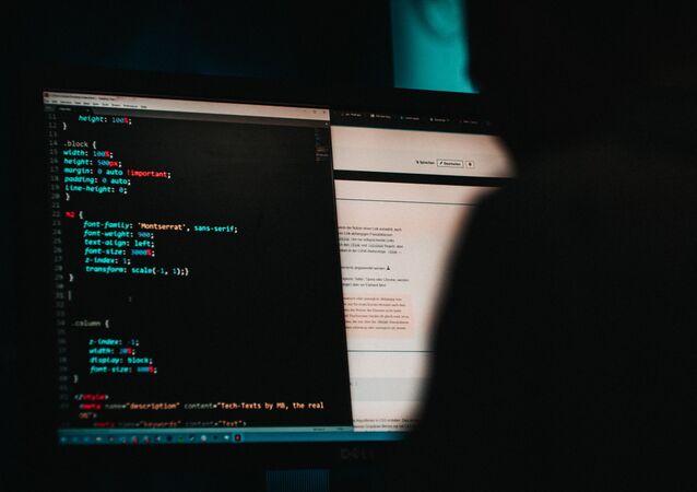 Una persona edita el código de una web (archivo)