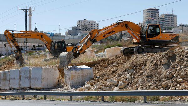 Maquinaria israelí elimina bloques de piedra en la Cisjordania ocuapda - Sputnik Mundo