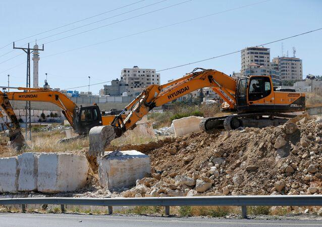 Maquinaria israelí elimina bloques de piedra en la Cisjordania ocuapda