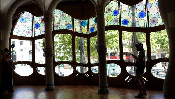 Una turista en la Casa Batlló en Barcelona - Sputnik Mundo