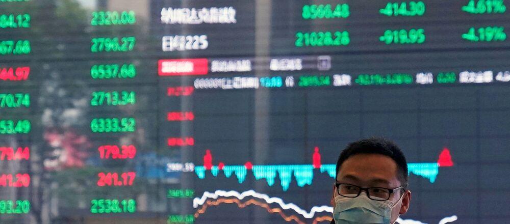 Un comerciante ante una pantalla de la bolsa de Shanghái
