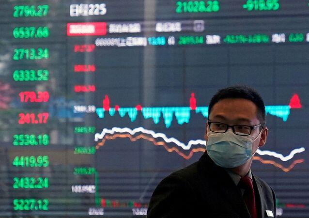 Un comerciante ante una pantalla de la bolsa de Shanghái  (archivo)