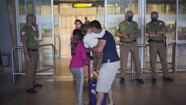 Emotivos reencuentros en el aeropuerto de Madrid - Sputnik Mundo