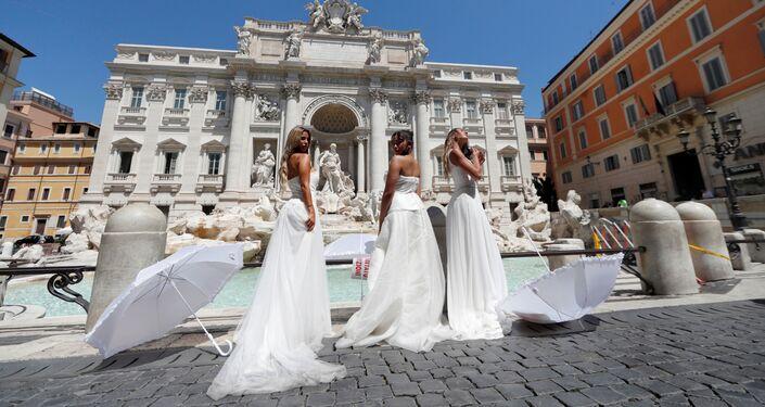 Protestas de novias para solicitar apoyo al sector de organización de bodas en Roma, Italia