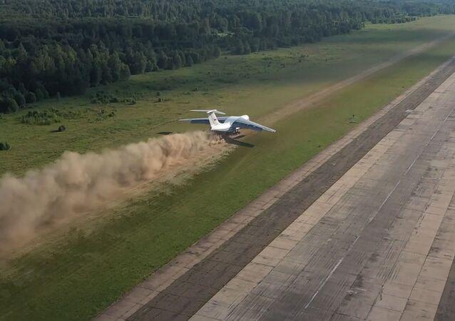 Así un enorme avión de transporte ruso aterriza sobre una pista de tierra