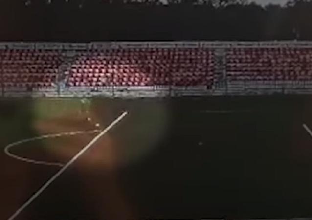 Un rayo impacta contra un futbolista en pleno entrenamiento