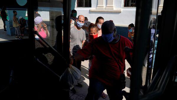 Pasajeros en un bus en Cuba - Sputnik Mundo
