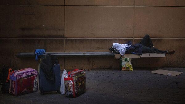 Un hombre duerme en una plaza en Lleida, España, el jueves 2 de julio de 2020 - Sputnik Mundo