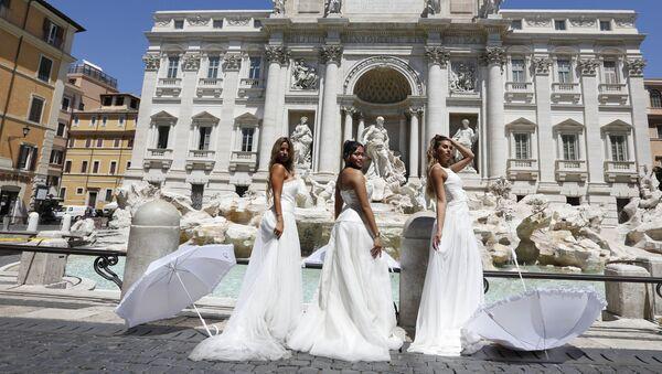 La rebelión nupcial: varias novias italianas protestan contra el aplazamiento de sus bodas   - Sputnik Mundo