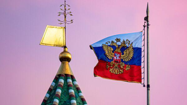 La bandera rusa y una torre del Kremlin de Moscú - Sputnik Mundo