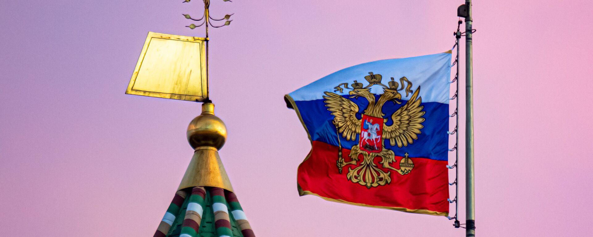 La bandera rusa y una torre del Kremlin de Moscú - Sputnik Mundo, 1920, 22.04.2021
