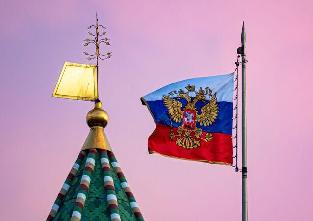 La bandera rusa y una torre del Kremlin de Moscú