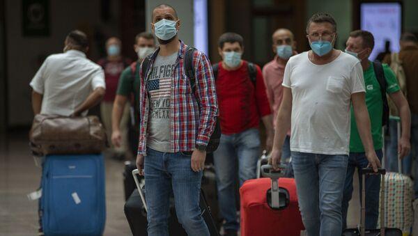 Pasajeros llegan al aeropuerto de Barcelona. 30 de junio de 2020 - Sputnik Mundo