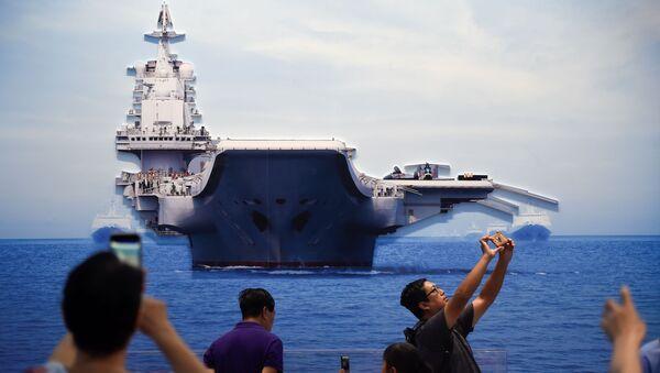 Personas toman fotos de un modelo del portaviones chino Liaoning - Sputnik Mundo