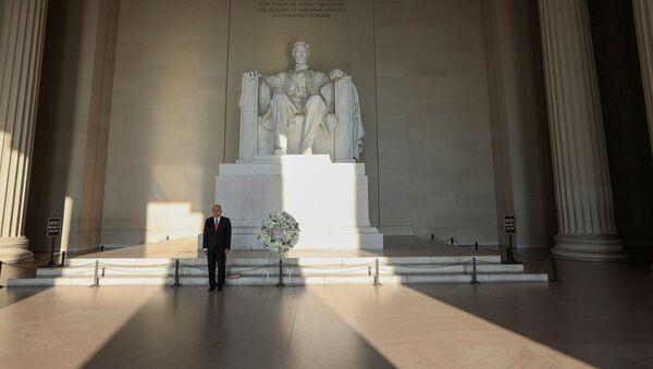 El presidente mexicano, Andrés Manuel López Obrador, coloca una ofrenda en monumento histórico a Lincoln en Washington - Sputnik Mundo