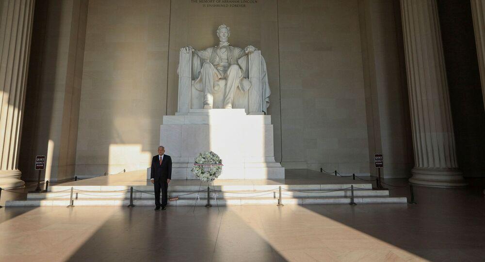 El presidente mexicano, Andrés Manuel López Obrador, coloca una ofrenda en monumento histórico a Lincoln en Washington