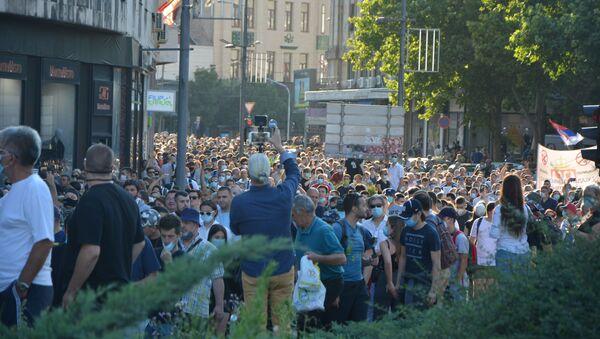 Protestas ante el Parlamento de Serbia por la decisión del Gobierno de imponer un toque de queda el fin de semana - Sputnik Mundo