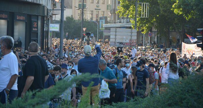 Protestas ante el Parlamento de Serbia por la decisión del Gobierno de imponer un toque de queda el fin de semana