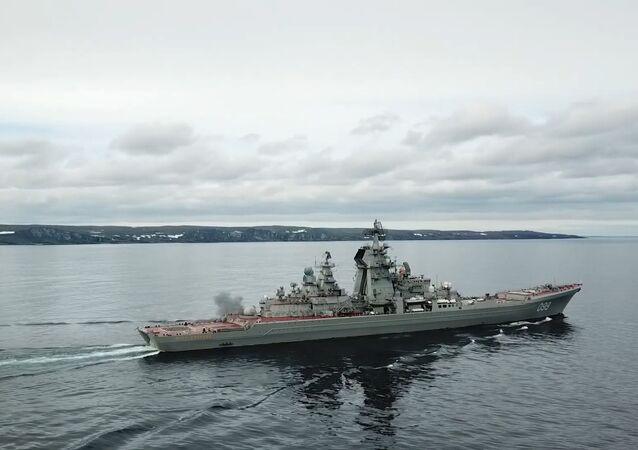 Cruceros rusos practican el tiro en el mar de Barents