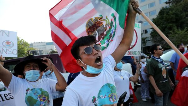Los manifestantes apoyan la visita de Andrés Manuel López Obrador a Washington - Sputnik Mundo