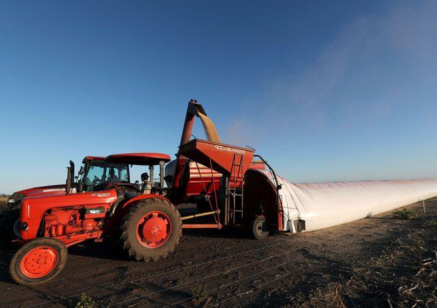 Un tractor en un campo a las afueras de Buenos Aires, Argentina