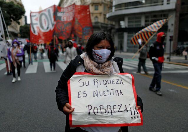 Manifestante argentina reclama recursos para los más vulnerables