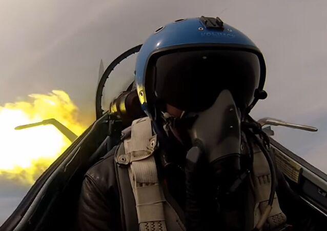 Un piloto en un cazabombardero