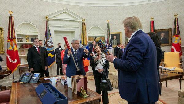 El presidente mexicano, Andrés Manuel López Obrador, intercambiando su regalo con el presidente estadounidense, Donald Trump - Sputnik Mundo