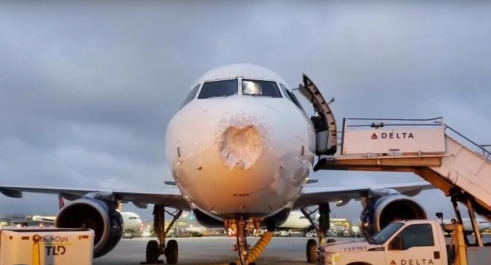 Un avión con el morro dañado