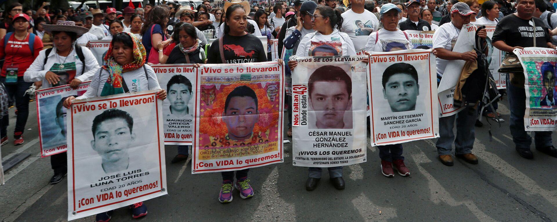 Los parientes sostienen carteles con fotos de estudiantes desaparecidos en una manifestación en México - Sputnik Mundo, 1920, 09.07.2020