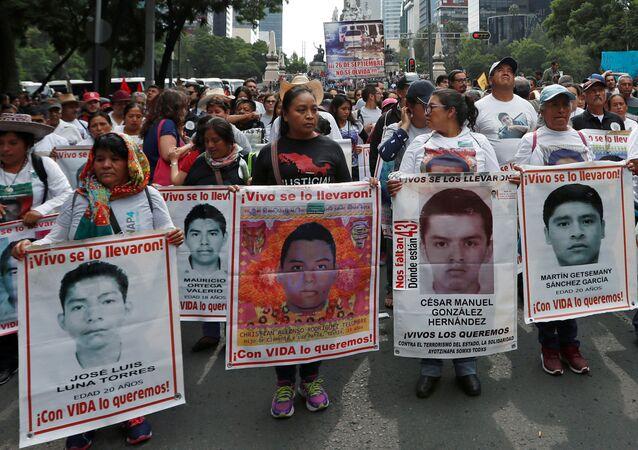 Una pariente de Christian Rodríguez Telumbre sostiene un cartel con su foto en una manifestación en México (archivo)
